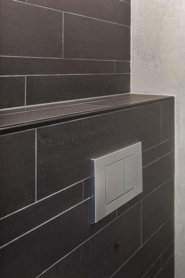 Stoer toilet met combi van tegels en tadelakt interieur inrichting - Wc kleine ruimte ...