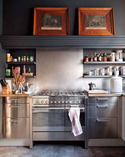 Keuken van RVS met landelijke look