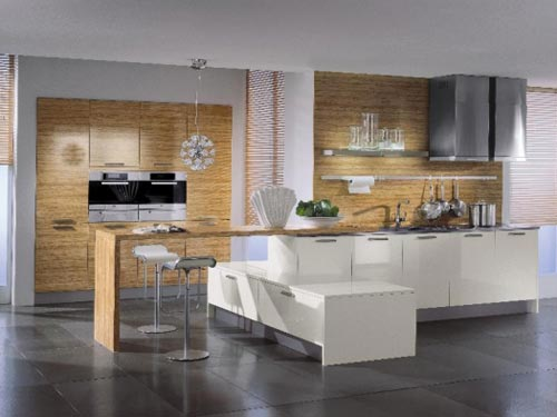 Achterwand Witte Hoogglans Keuken : in detail teruggevoerd in de achterwand en de extra lange keukenbar