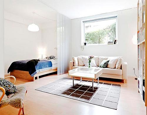 Kleine woonkamer naast slaapkamer