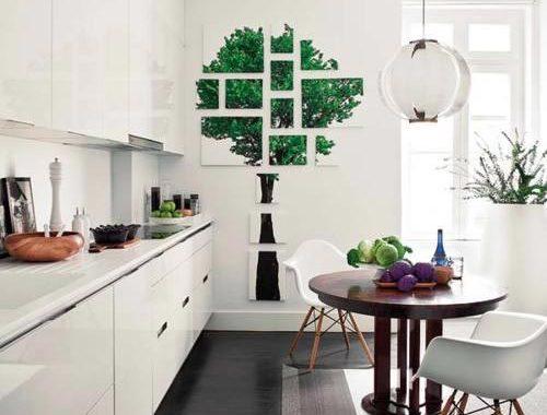 Moderne witte keuken met donkere vloer