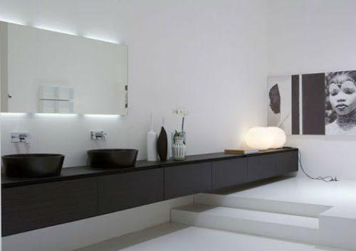 Strakke badkamer met langwerpige badmeubel