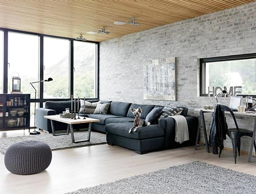 Woonkamer met grijze bakstenen muur