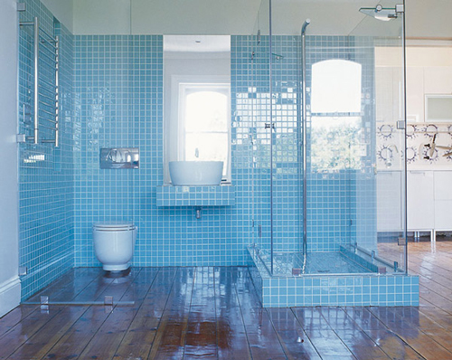 Licht blauwe badkamer met veel glas  Interieur inrichting