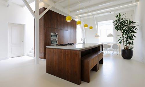 Houten keuken in wit appartement interieur inrichting - Kamer wit houten bad ...