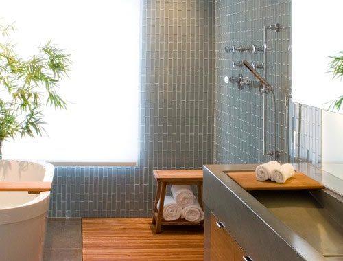 Moderne badkamer met tegels en hout