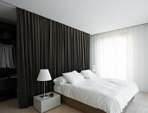 Slaapkamer met gordijn als hoofdrol
