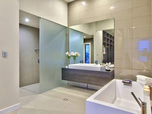 Moderne badkamer inrichten met hoog plafond