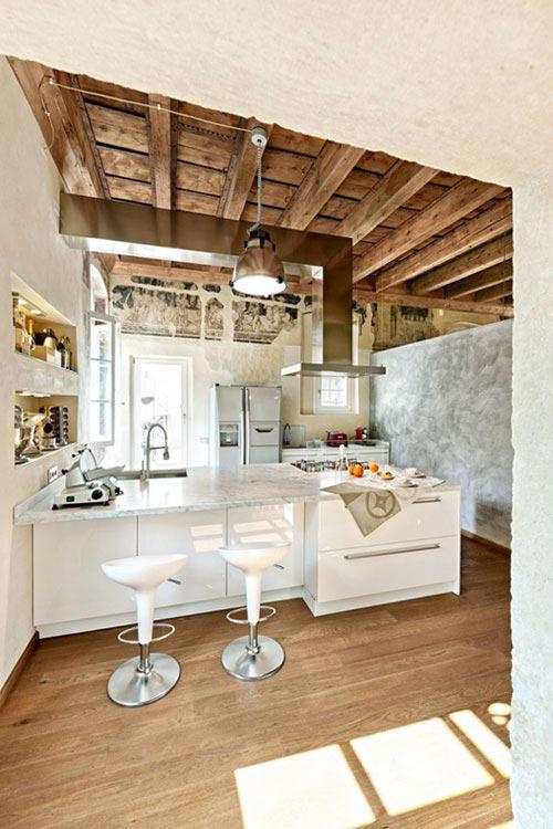 Moderne keuken gemixt met rustieke details