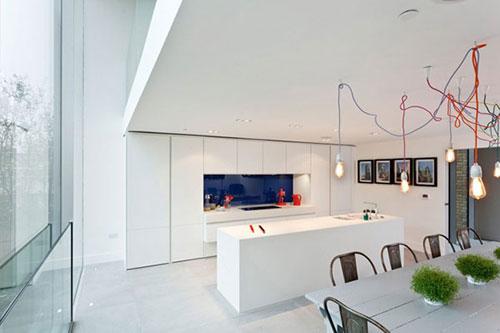 Witte minimalistische woonkeuken