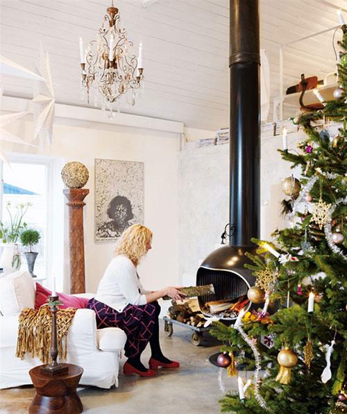 in de woonkamer staat de grootste kerstboom die licht en hangers van ...