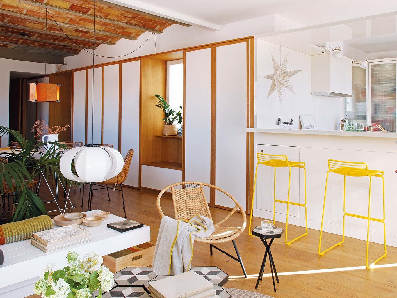 Zomerse woonkamer met keuken bar en eetkamer