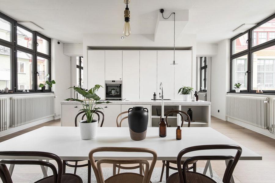 Deze moderne keuken met kookeiland is ook een scheidingswand!