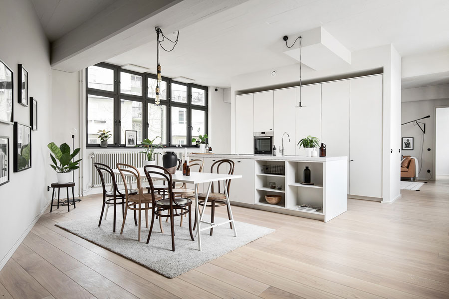 Deze moderne keuken met kookeiland is ook een scheidingswand