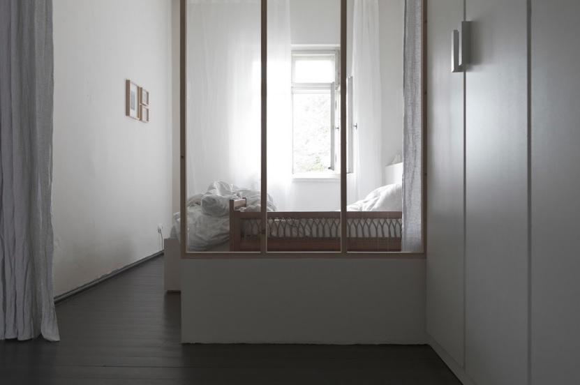 Deze mooie slaapkamer is middels een glazen scheidingswand gescheiden van de inloopkast