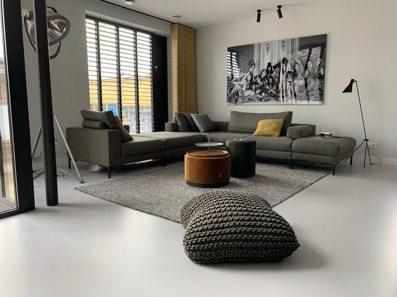 In deze strakke moderne woonkamer is er gekozen voor de Polyurethaan PU gietvloer via SmitFloor.