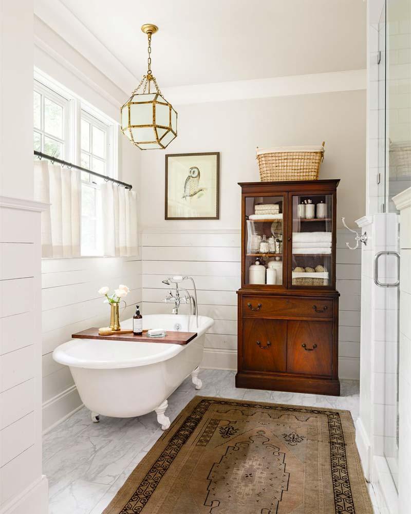 antieke houten vitrinekast in badkamer