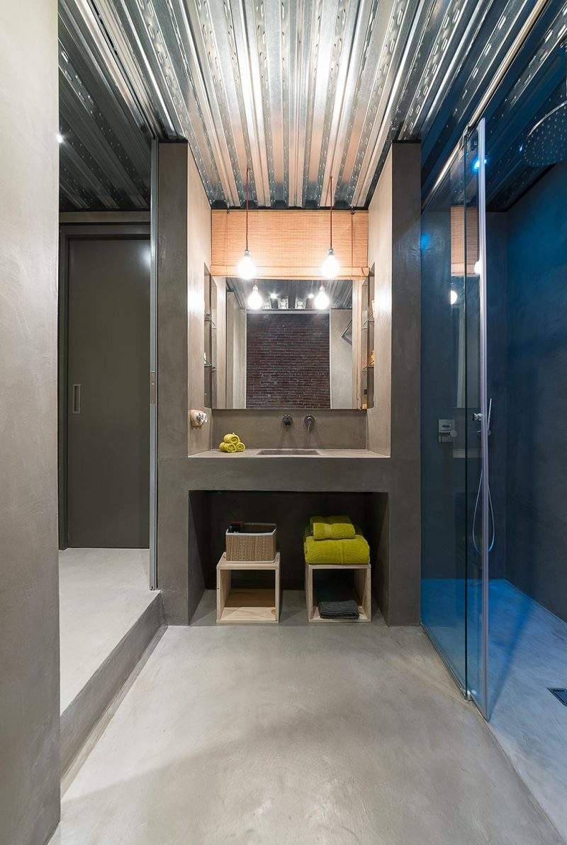 Apart toilet in een stoere badkamer