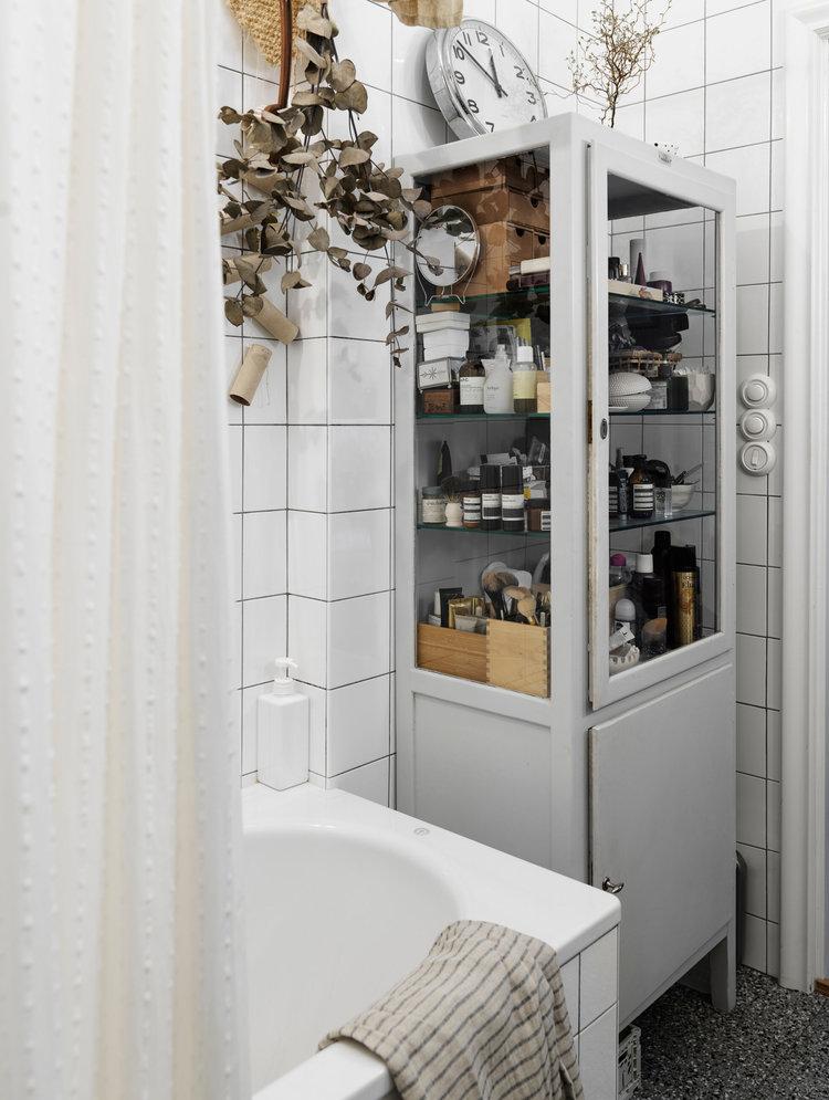 apothekerskast vitrinekast in badkamer