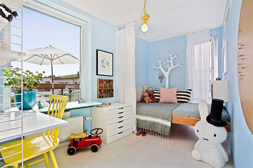 Babyblauwe muren in Zweedse kinderkamer