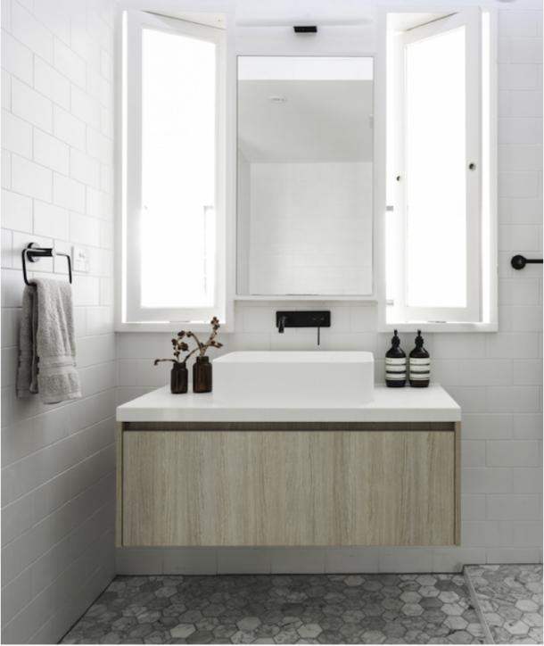 Badkamer met combinatie van zwart, wit en hout