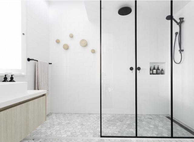 Badkamer met combinatie van zwart, wit en hout | Interieur inrichting