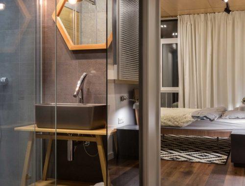 Badkamer met glazen wanden ingericht in slaapkamer