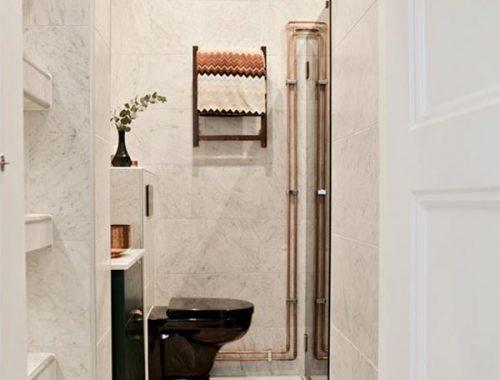 Badkamer met marmer, zwart en koper