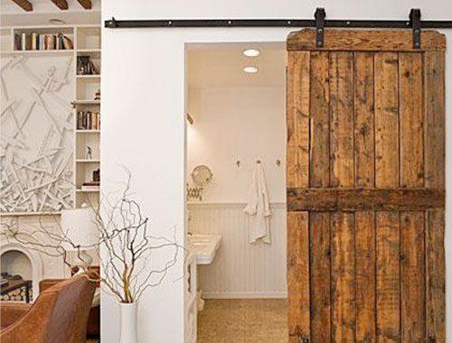 Badkamer met schuifdeur van hout