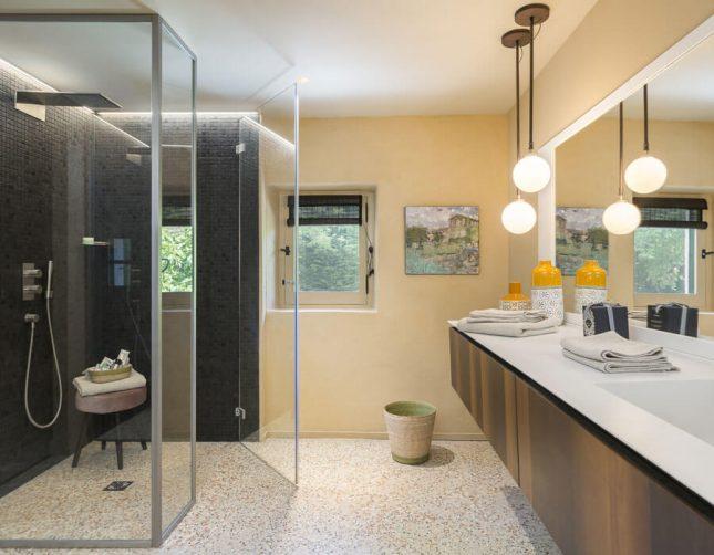 badkamers voorbeelden met inloopdouche glazen wanden