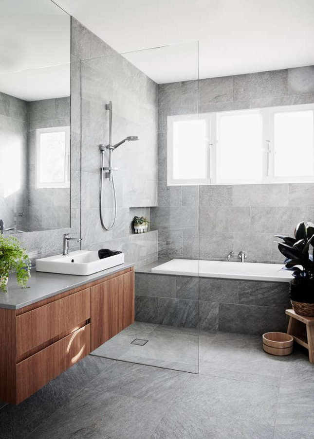 badkamers voorbeelden met inloopdouche naast bad