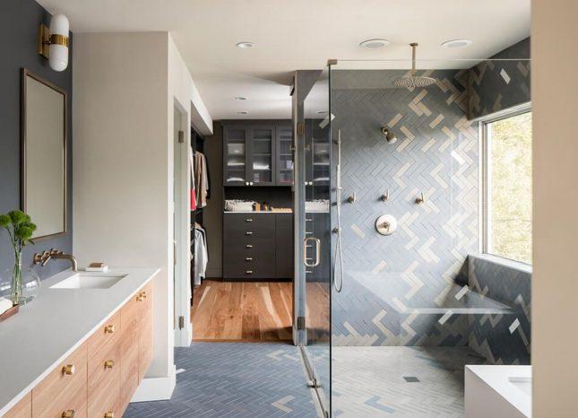 badkamers voorbeelden met inloopdouche met visgraat tegels