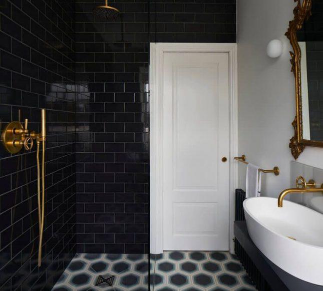 badkamers voorbeelden met inloopdouche zwart en goud