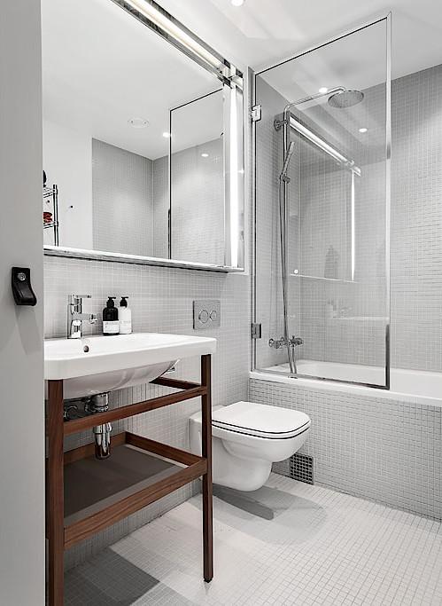 Badkamers voorbeelden mozaïek tegels lichtgrijs