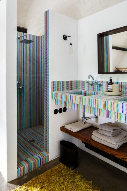 Badkamers voorbeelden mozaïek tegels regenboog