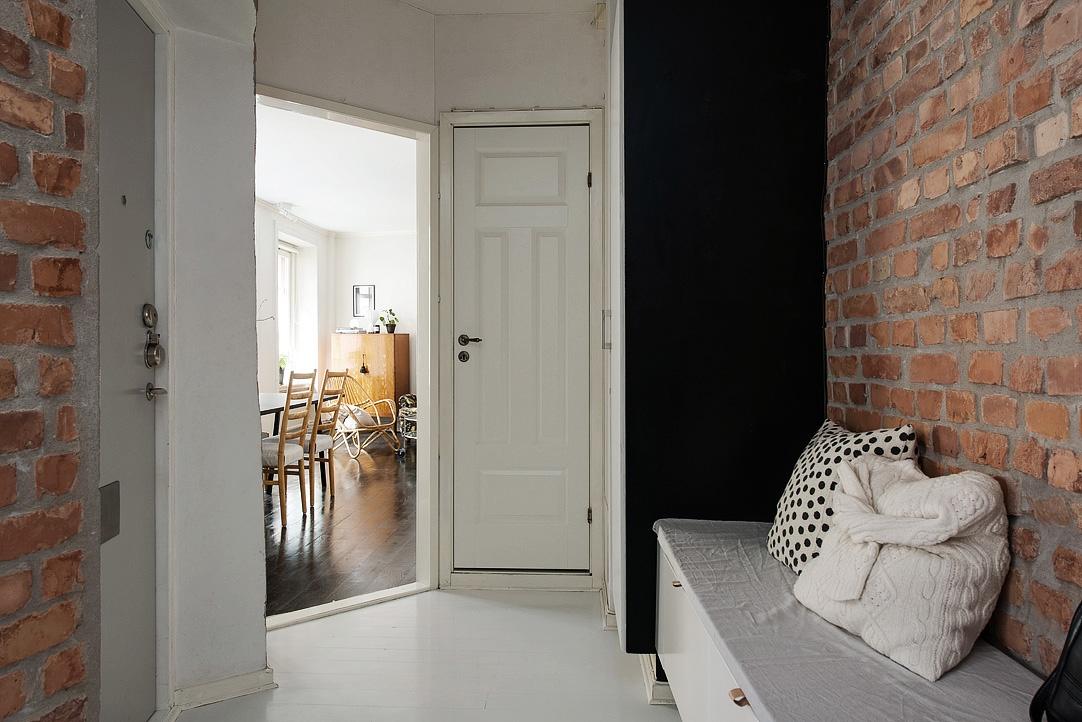 Deze hal is voorzien van een hele mooie combinatie van bank en garderobekast interieur inrichting - Bakstenen muur woonkamer ...