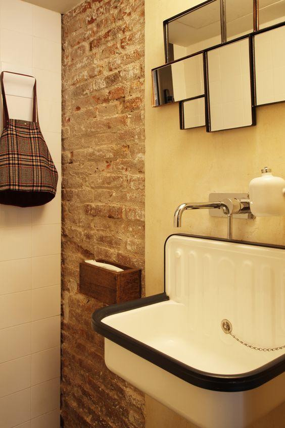 Bakstenen muur in toilet
