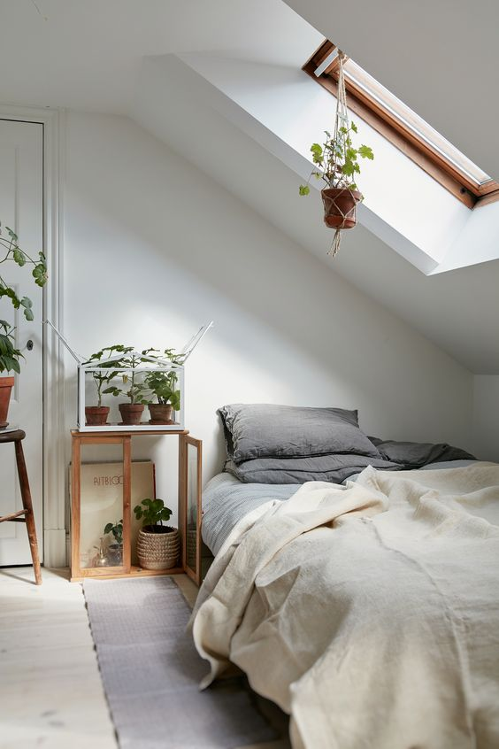 bed onder schuin dak kleine slaapkamer