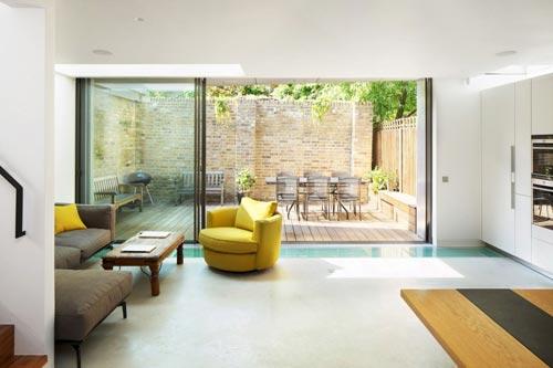Bescheiden tuin aan de woonkamer