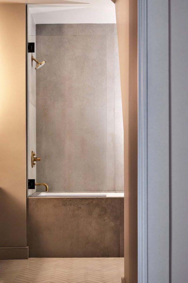 betonlook tegels badkamer gouden douche kraan