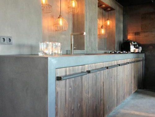 Betonnen keukenblad met houten kasten