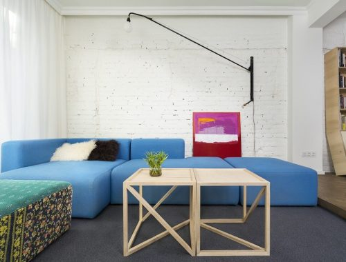 Blauwe bank in woonkamer
