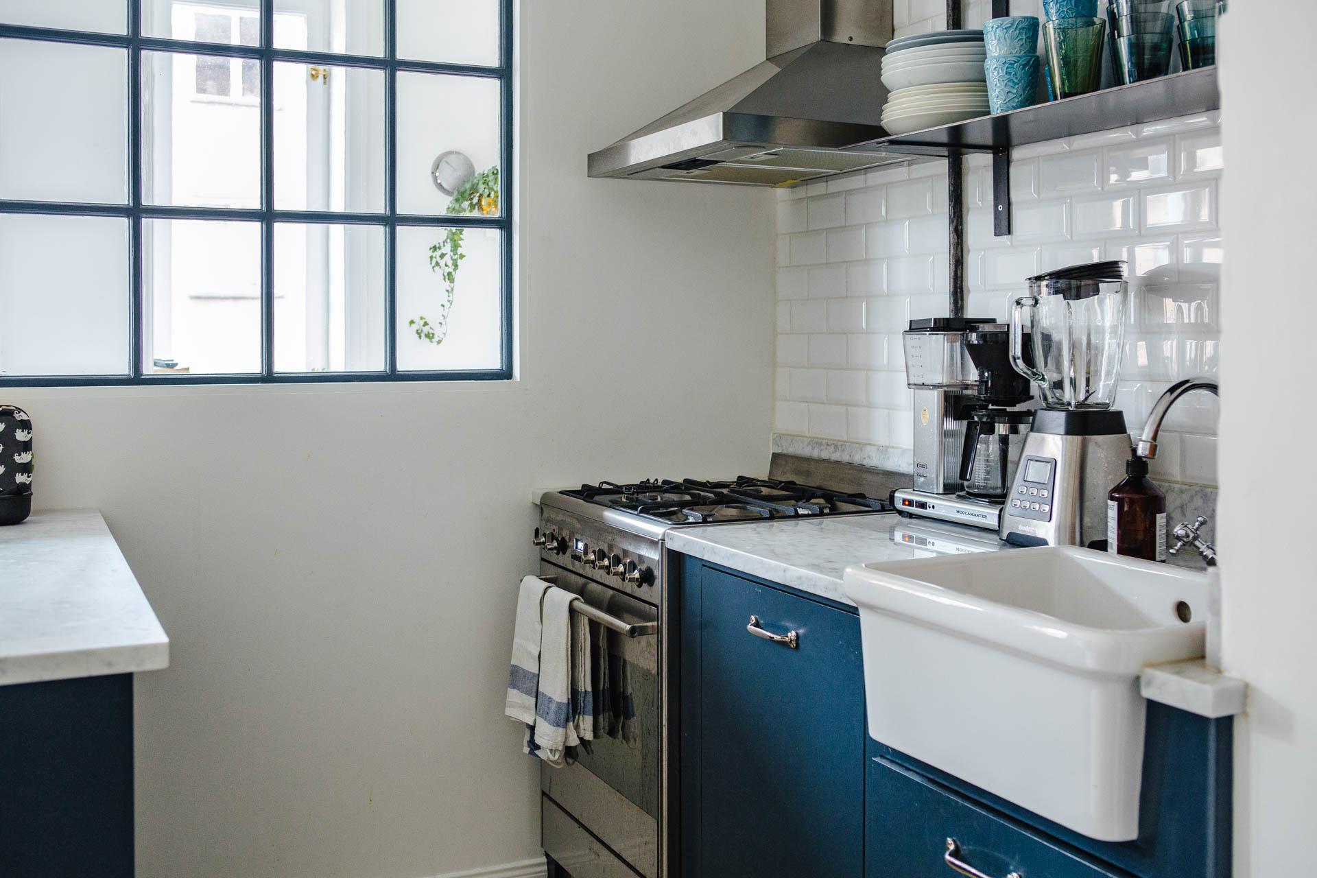 blauwe-keuken-marmeren-keukenblad