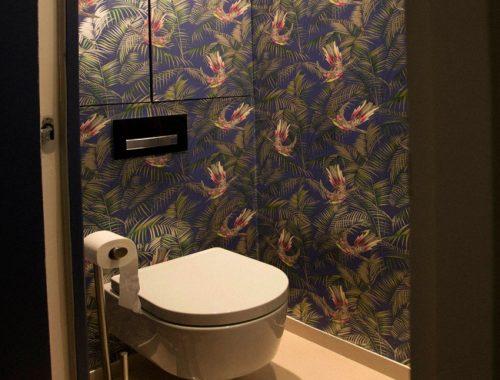 Bloemenbehang in toilet