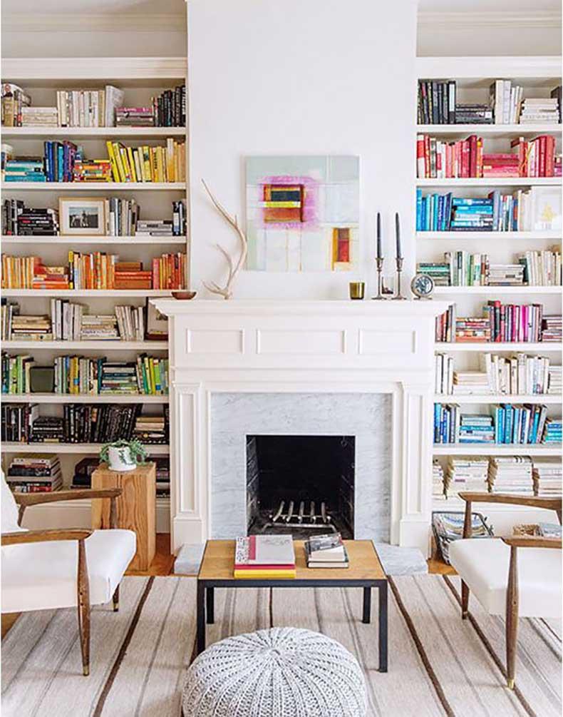 Boekenplanks boeken sorteren op kleur
