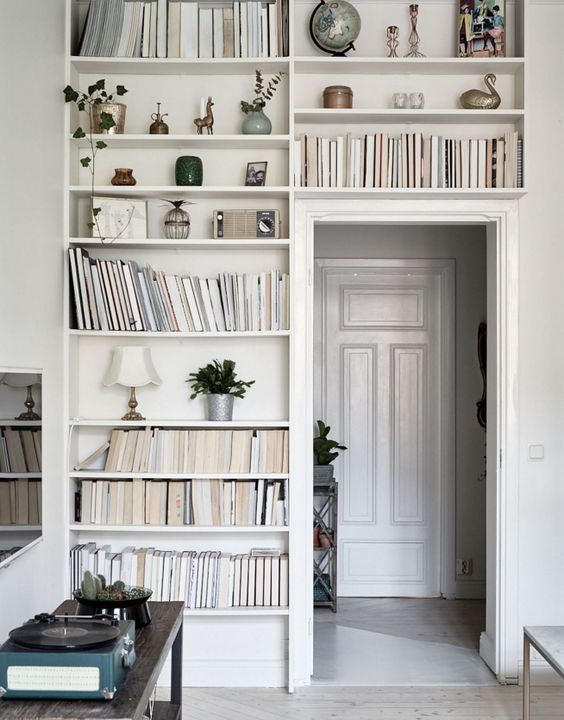 Boekenplanken rondom deur
