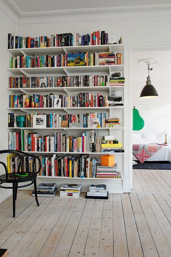 Boekenplanken van vloer tot plafond