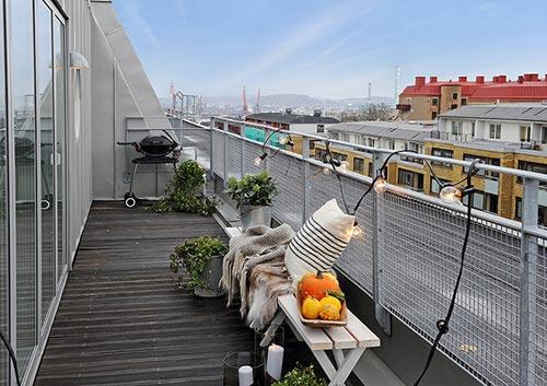 Breed balkon met leuke decoratie