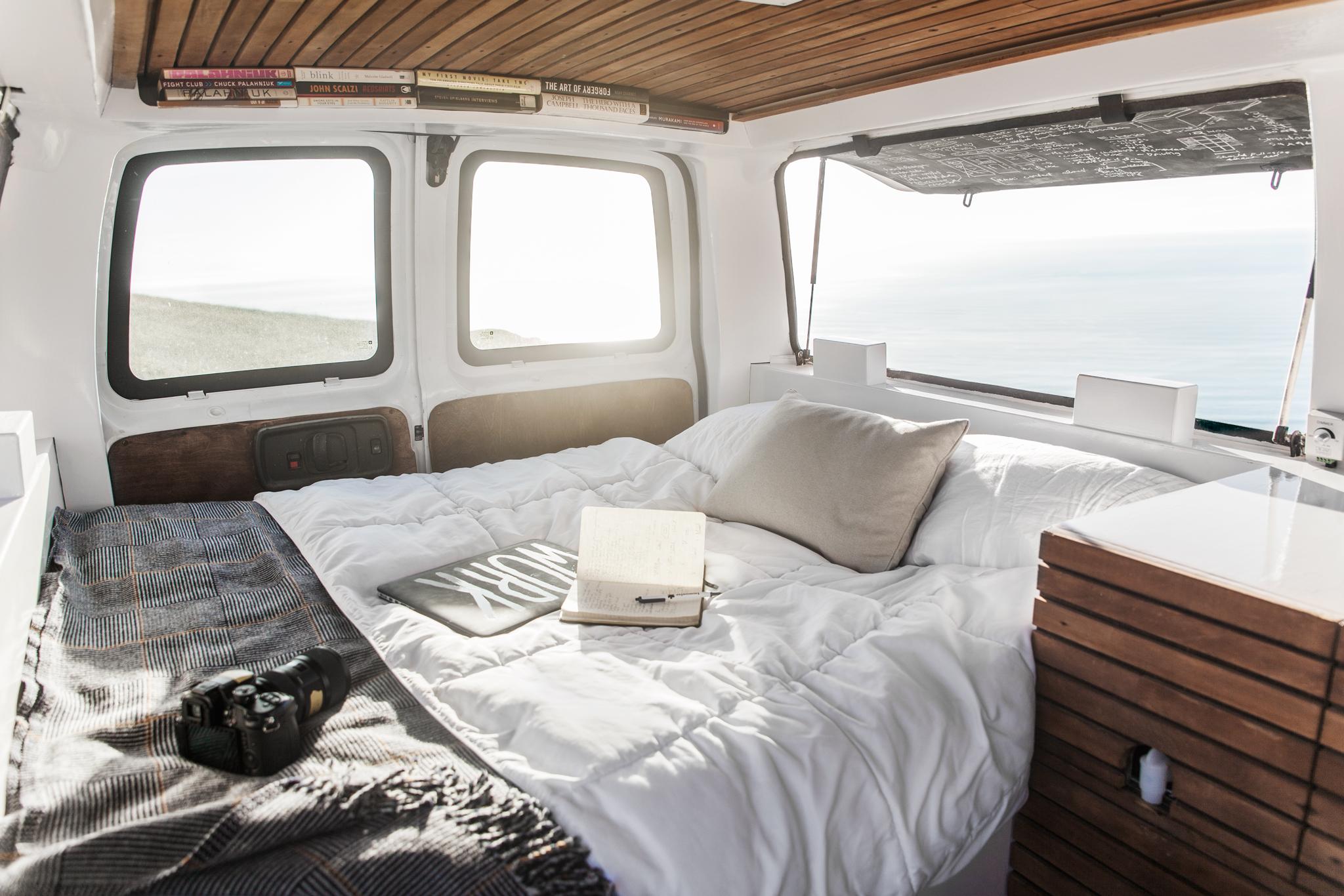 Filmmaker zach both heeft zijn busje verbouwd tot een luxe studio ...