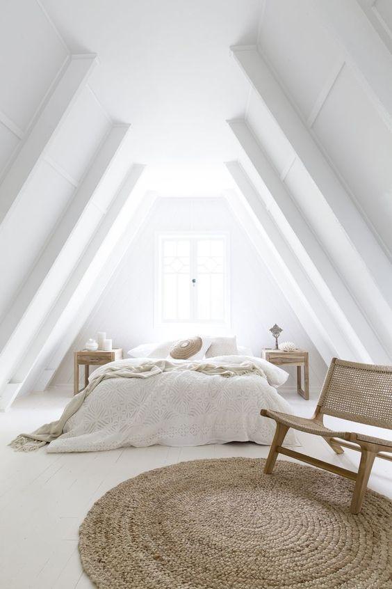 Compenseer een wit interieur met houten elementen